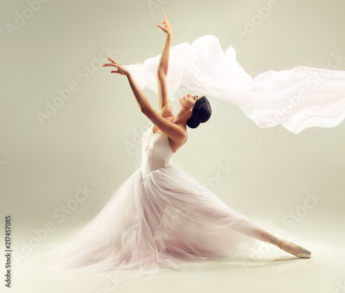 balerina-mloda-pelna-wdzieku-kobieta-tancerka-baletowa-ubrana-w-profesjonalny-stroj-buty-i-biala-spodnice-niewazkosci-demonstruje-umiejetnosc-tanca-piekno-klasycznego-baletu