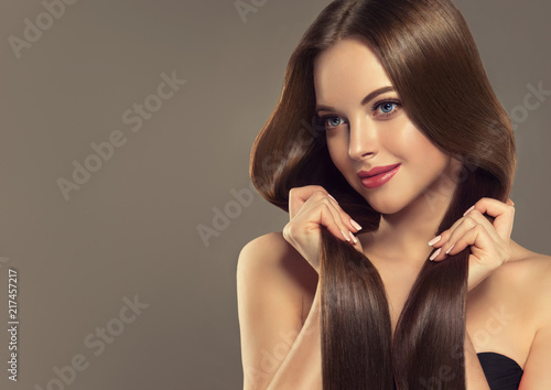 Foto Spatwand Kapsalon Beautiful brunette girl with long straight smooth hair . A woman with healthy straight hairstyle