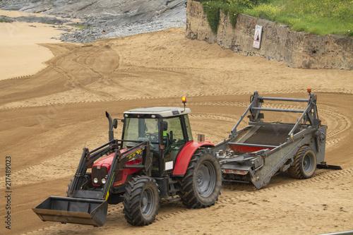 Canvas Trekker Tractor alisando la playa