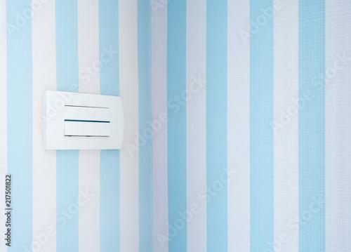Pastelowy kolor tapety i gniazdka w słodkiej sypialni