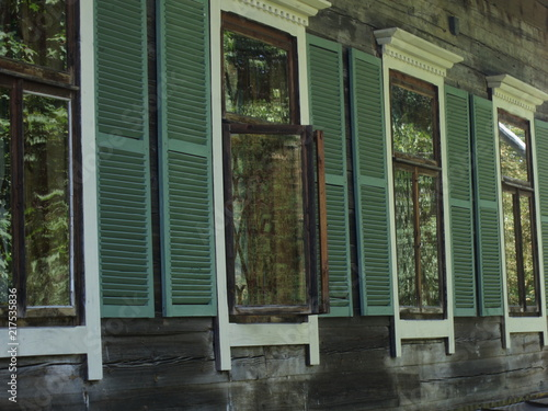 Foto Murales Old house, windows with shutters