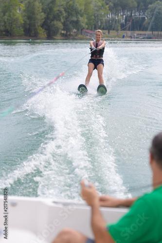 szczęśliwa młoda dziewczyna nauki na nartach wodnych