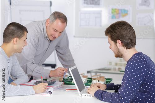 szczęśliwy nauczyciel z uczniami w szkole architektury