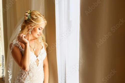 Foto Murales portrait of bride near the window