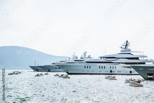 łodzie i jachty w doku