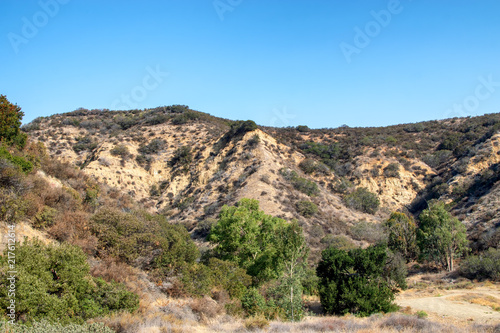 Foto Spatwand Blauw Steep, dry hillsides on hot summer day in Southern California mountains