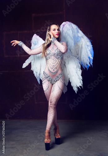 Leinwanddruck Bild  model  with angel wings