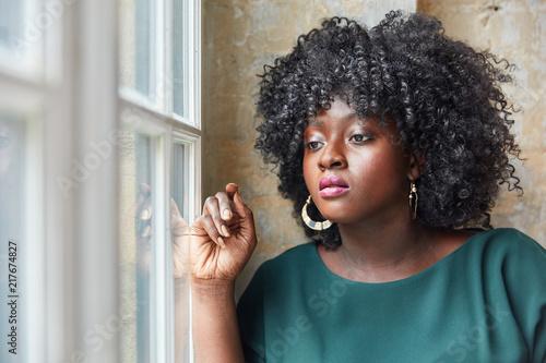 Foto Murales Afrikanisches Plus Size Model schaut aus Fenster