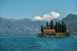 Klasztor św. Jerzego benedyktynów na wyspie św. Jerzego Ostrów Sveti Dorde. Jedna z dwóch wysepek w pobliżu wybrzeża miasta Perast w zatoce Kotor. - 217679252