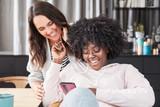 Zwei Freundinnen haben Spaß mit Smartphone