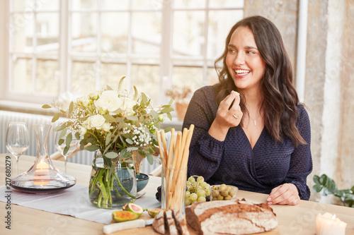Kurvige Frau beim Essen in der Küche - 217680279