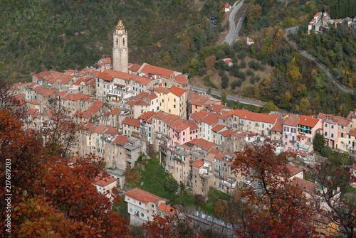In de dag Liguria Castelvittorio. Ancient village, Province of Imperia, Italy