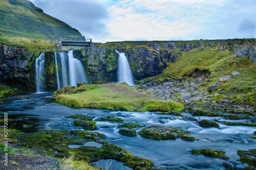 Wasserfall vor Berg - 217720880