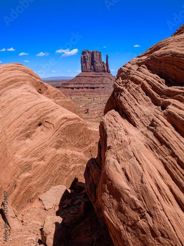 Aluminium Arizona Vue de la principale mesa de Monument Valley au milieu de deux grosses roches au premier plan