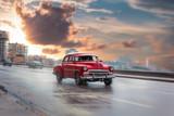 Schöner Oldtimer fährt am Malecon dem Sonnenuntergang entgegen