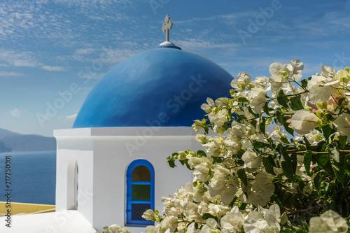 Foto Spatwand Santorini Church with white facade and blue cupola at Oia, Santorini, Greece