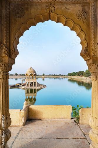 Foto Murales Gadisar lake in the morning at Jaisalmer, Rajasthan, India. An UNESCO World herritage.