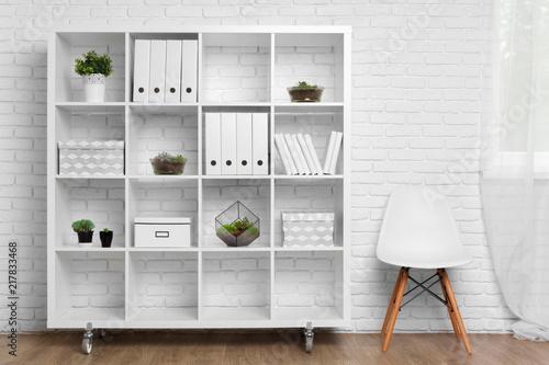 nowoczesny detal biurowy za pojęciem dekoracji białej ściany