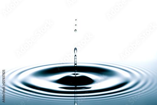 Foto Murales Splash of the falling drops of water