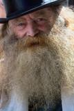 Gros plan du visage  d'un vieil homme barbu - 217840035