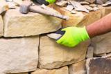 Bau einer Trockenmauer aus Sandstein