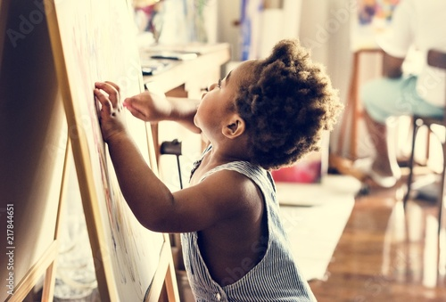 Foto Murales Happy black kid with painting