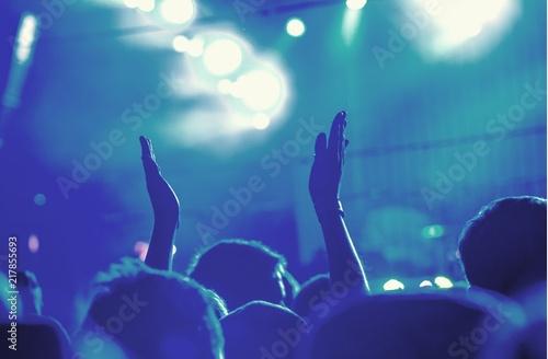 Publiczność z rękami podniesionymi na festiwal muzyczny i światła