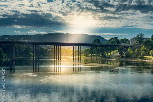 Wall mural pont sous les nuage avec le soleil