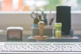 Bürobedarf und Computertastatur auf einem Schreibtisch