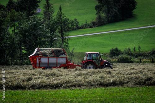 Canvas Trekker Traktor auf dem Feld bei der Heuernte