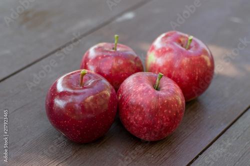 Красные яблоки на деревянном столе