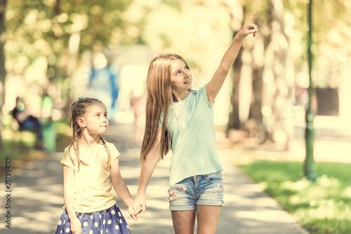 Foto Murales two little sisters walk in the park