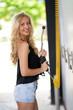 une blonde lave sa voiture