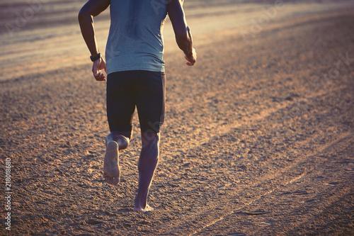 Aluminium Hardlopen Uomo che corre sulla spiaggia all'alba