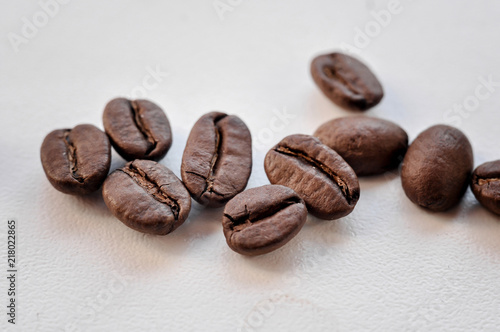 Foto Spatwand Koffiebonen Black coffee beans on a white background