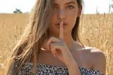 mujer con hermosos ojos, mostrando silencio - 218055691