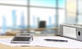Schreibtisch mit Dokumenten und Aussicht auf Skyline
