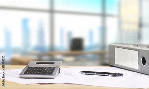 Schreibtisch mit Dokumenten und Aussicht auf Skyline © Eisenhans