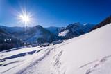Dorf in idyllischer Winterlandschaft