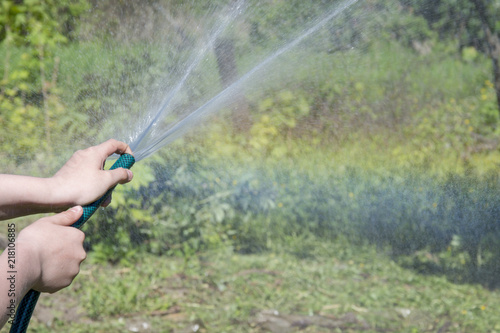 Aluminium Olijf Hands poured from the hose of grass