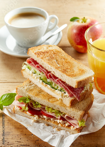 Zestaw śniadaniowy z kanapkami, kawą i sokiem