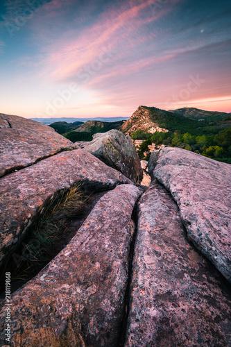 Sticker Amanece en montañas con primer plano de rocas