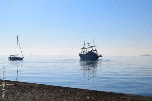 Canvas Zeilen Sailing boats on Thermaikos Gulf, Thessaloniki Greece. Blue sea in mist