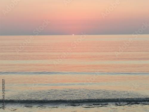 sole che spunta sul mare