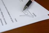 Un acuerdo de compra con un bolígrafo sobre un escritorio