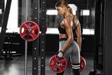 Seksowna sportowa dziewczyna pracuje w gym. Fitness kobieta robi ćwiczenia. Piękny tyłek w leggingu