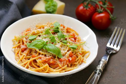 Leinwanddruck Bild pasta spaghetti with tomato sauce and basil