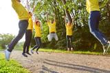 Sportliches Team macht Fitness Übung - 218666641