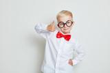 Kluges Kind hält einen Daumen nach oben - 218741207