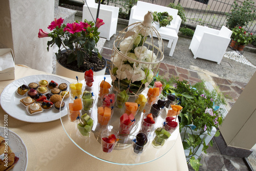 Buffet Di Dolci E Frutta : Una festa di dolci serviti sui dolci di buffet sweet con frutti di